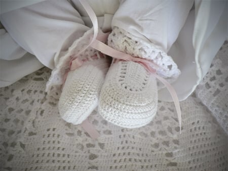 crochet-baby-booties-ribbon-white-thread-pink