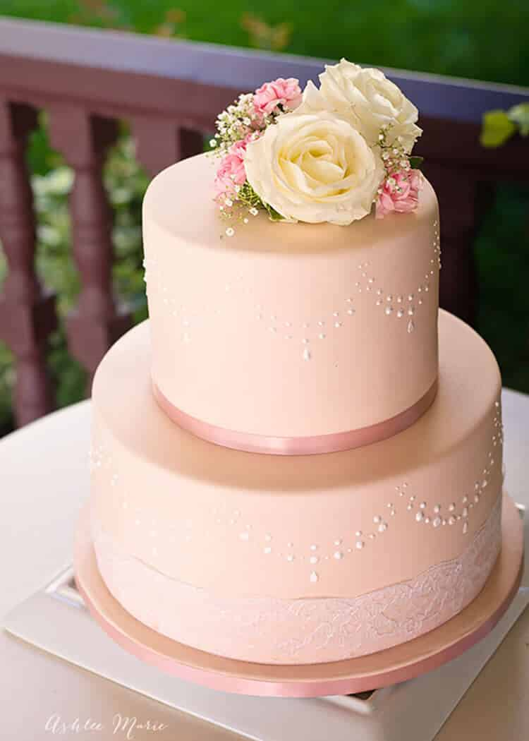 how to decorate wedding cakes with real flowers how to use stencils to perfecly decorate a fondant cake 15689