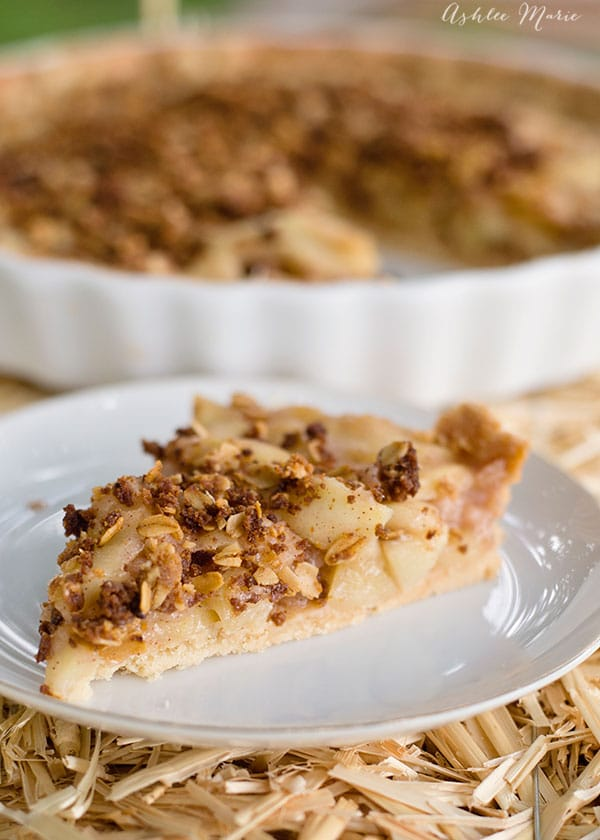 this sweet crumbly crust, a Pâte Sablée, is perfect with this flavorful apple filling an sweet brown sugar cumble