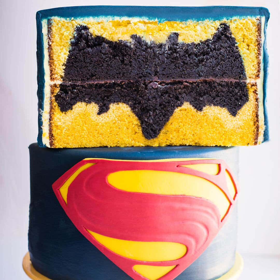 Batman vs Superman design inside Cake - video tutorial