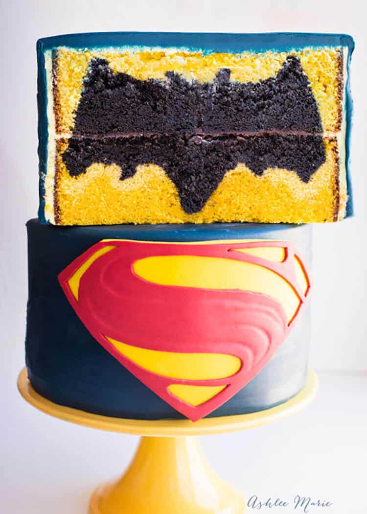 Superman Cake Design Goldilocks : Batman vs Superman design inside Cake - video tutorial ...