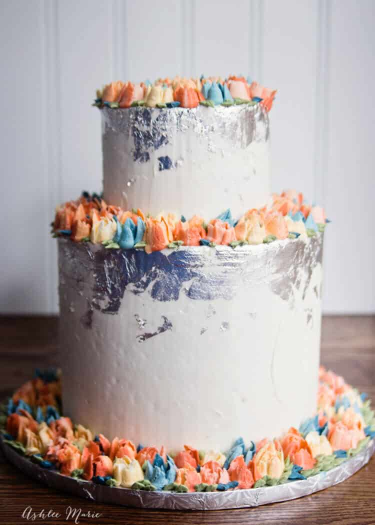 a video tutorial for using russinan piping tips and making this wedding cake