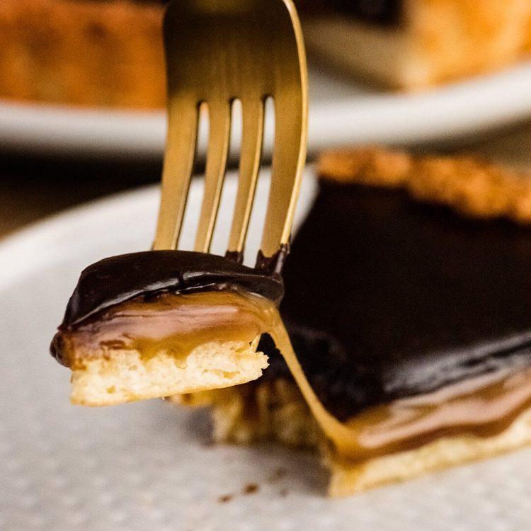 chocolate caramel macaroon tart